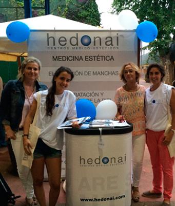 Elisa González, directora del centro Hedonai Getxo junto a las azafatas de Hedonai en nuestro punto de información.
